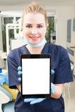 Retrato do doutor bonito com o PC da tabuleta no escritório dental Fotos de Stock Royalty Free