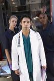 Retrato do doutor com dois paramédicos Imagens de Stock
