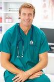 Retrato do doutor do cirurgião fotos de stock royalty free