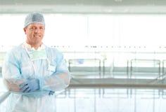 Retrato do doutor do cirurgião no corredor do hospital Fotografia de Stock