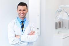 Retrato do doutor do dentista Homem novo em seu local de trabalho Clin dental fotos de stock