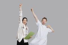 Retrato do doutor e do paciente que cheering acima com braços aumentados Imagens de Stock