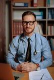 Retrato do doutor em seu escritório fotografia de stock