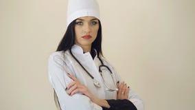 Retrato do doutor fêmea consideravelmente seguro que olha à câmera 4K filme