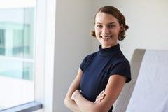 Retrato do doutor fêmea In Exam Room foto de stock