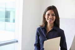 Retrato do doutor fêmea In Exam Room imagem de stock