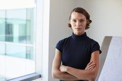 Retrato do doutor fêmea In Exam Room foto de stock royalty free
