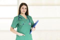 Retrato do doutor fêmea novo de sorriso feliz Imagens de Stock Royalty Free