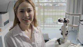 Retrato do doutor fêmea novo que fala no escritório video estoque
