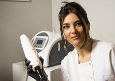 Retrato do doutor fêmea seguro que está no revestimento do laboratório, Foto de Stock Royalty Free