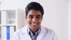 Retrato do doutor masculino indiano novo de sorriso feliz video estoque