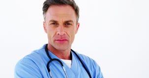Retrato do doutor masculino que está com os braços cruzados filme