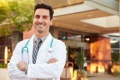 Retrato do doutor masculino Standing Outside Hospital Fotografia de Stock Royalty Free