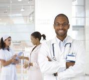 Retrato do doutor novo no centro médico imagens de stock royalty free