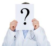 Retrato do doutor que guarda de papel com ponto de interrogação Fotografia de Stock Royalty Free