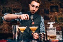 Retrato do empregado de bar que prepara bebidas no clube noturno ou no bar Fotografia de Stock