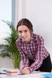 Retrato do empregado do sexo feminino de sorriso Fotografia de Stock Royalty Free