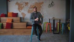 Retrato do empresário bem sucedido do homem de negócios que trabalha no sorriso ocupado do escritório Retrato: Homem novo moderno video estoque