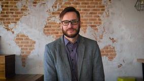 Retrato do empresário bem sucedido do homem de negócios que trabalha no sorriso ocupado do escritório Retrato: Homem novo moderno vídeos de arquivo