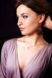 Retrato do encanto da mulher elegante com brincos Imagens de Stock