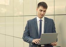 Retrato do escritório do homem de negócios novo de sorriso Fotos de Stock