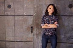Retrato do escritório fêmea de Standing In Modern do desenhista Fotografia de Stock Royalty Free