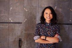 Retrato do escritório fêmea de Standing In Modern do desenhista Foto de Stock Royalty Free