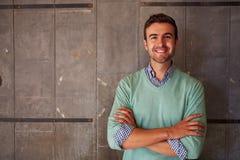 Retrato do escritório masculino de Standing In Modern do desenhista Foto de Stock