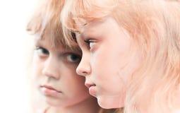 Retrato do espelho de uma menina loura pequena imagens de stock