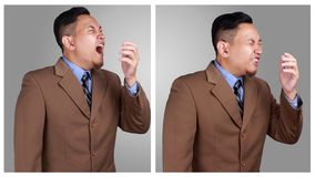 Retrato do espirro asiático novo do homem de negócios, executivos doentes imagens de stock