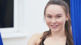 Retrato do esportes bonitos menina, está na sala da aptidão, olhando a câmera e o sorriso video estoque