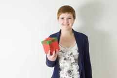 Retrato do estúdio da caixa de presente da terra arrendada da mulher nova Foto de Stock