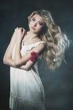 Retrato do estúdio da jovem mulher com as rosas no fumo Foto de Stock Royalty Free