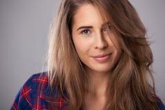 Retrato do estúdio da jovem mulher feliz fotos de stock