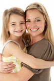 Retrato do estúdio da matriz que abraça a filha nova Imagens de Stock Royalty Free
