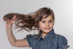 Retrato do estúdio da menina de cabelos compridos foto de stock royalty free