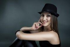 Retrato do estúdio da menina do encanto fotografia de stock
