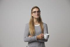Retrato do estúdio da mulher de negócios nova Drinking Coffee foto de stock