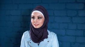 Retrato do estúdio da mulher muçulmana nova feliz video estoque