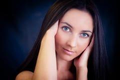 Retrato do estúdio da mulher no fundo escuro Foto de Stock