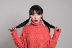 Retrato do estúdio da mulher surpreendida do asiático 20s Fotos de Stock Royalty Free