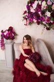 Retrato do estúdio da senhora loura lindo de florescência no cr fantástico Imagem de Stock Royalty Free