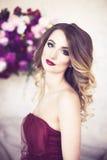 Retrato do estúdio da senhora loura lindo de florescência no cr fantástico Foto de Stock
