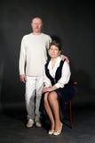 retrato do estúdio da Velho-forma de pares meados de-envelhecidos Imagens de Stock Royalty Free