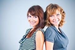Retrato do estúdio das amigas Fotos de Stock Royalty Free