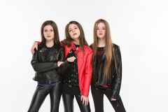 Retrato do estúdio das meninas adolescentes caucasianos atrativas novas que levantam no estúdio foto de stock royalty free