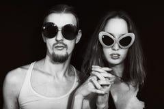 Retrato do estúdio de óculos de sol vestindo de um par novo imagens de stock royalty free
