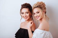 Retrato do estúdio de duas mulheres bonitas novas foto de stock