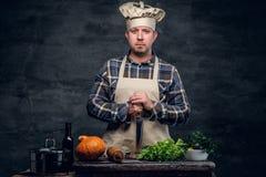 Retrato do estúdio de um cozinheiro que prepara uma salada fotografia de stock