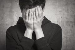 Retrato do estúdio de um menino do adolescente Emoções de uma pessoa, sofrimento Fotografia de Stock Royalty Free